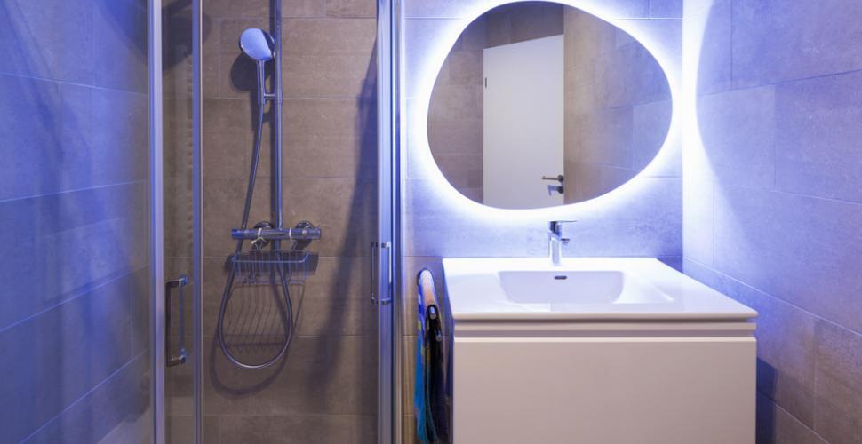 Décoration de la salle de bains 2022: finition et éclairage